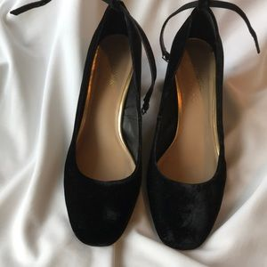 A pair of Lord&Taylor 424 FIFTH evening shoes